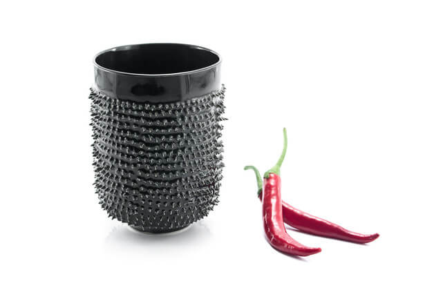 czarny-kubek-z-kolcami-ceramika