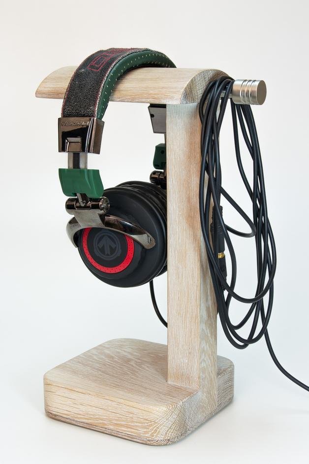 drewniany-stojak-na-sluchawki