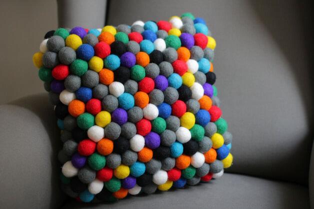 kolorowa-poduszka-filcowe-kulki
