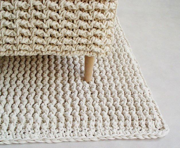 biały-dziergany-szydełkowy-dywan