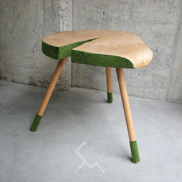 drewniany-stolik-trawa-greenery-kolor-roku
