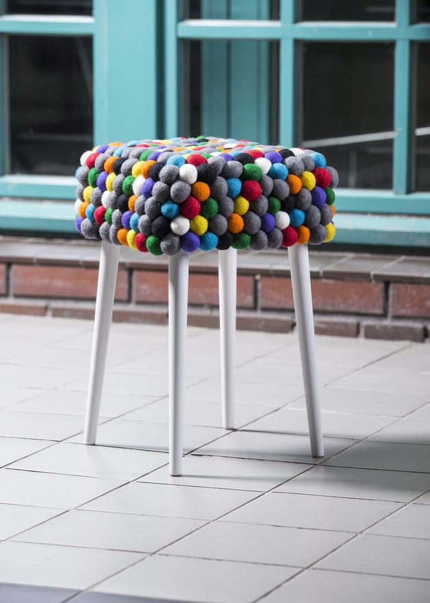 stołek-kolorowe-filcowe-pompony-boho
