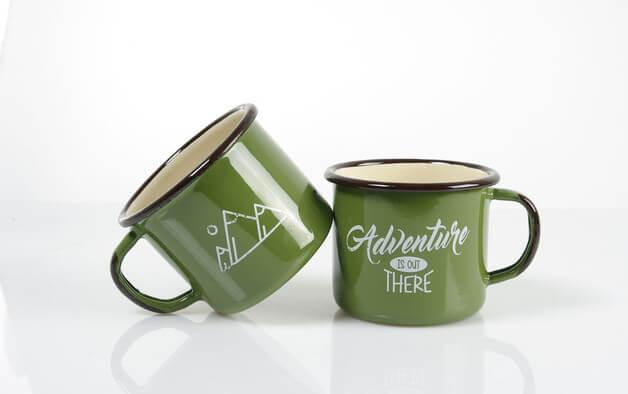 zielony-emaliowany-kubek-greenery-kolor-roku