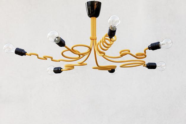 żółta-lampa-kable-żarówki
