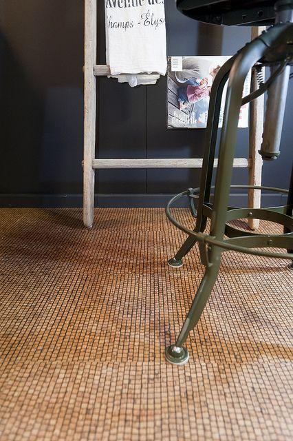korek na podłodze