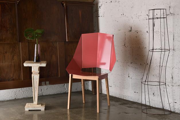stalowe-różowe-krzesło