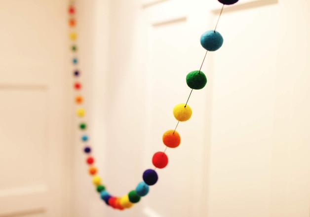 girlanda-z-kolorowych-pomponów