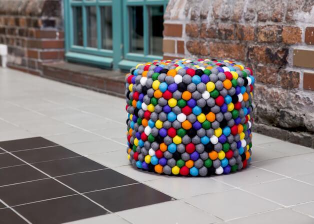 kolorowa-pufa-filcowe-pompony