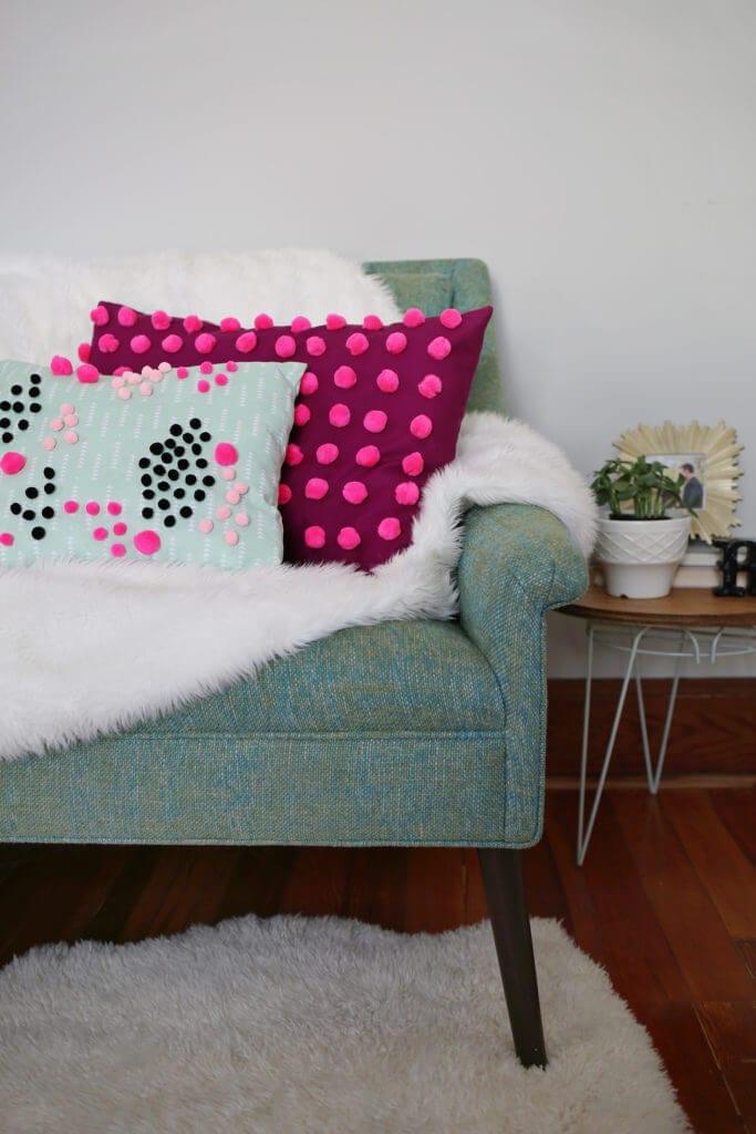kolorowe poduszki z pomponami