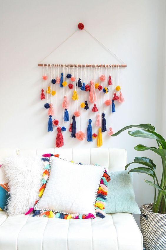 pompony i frędzle kolorowe dekoracje na ścianę
