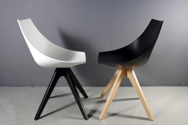 czarne-białe-krzesła