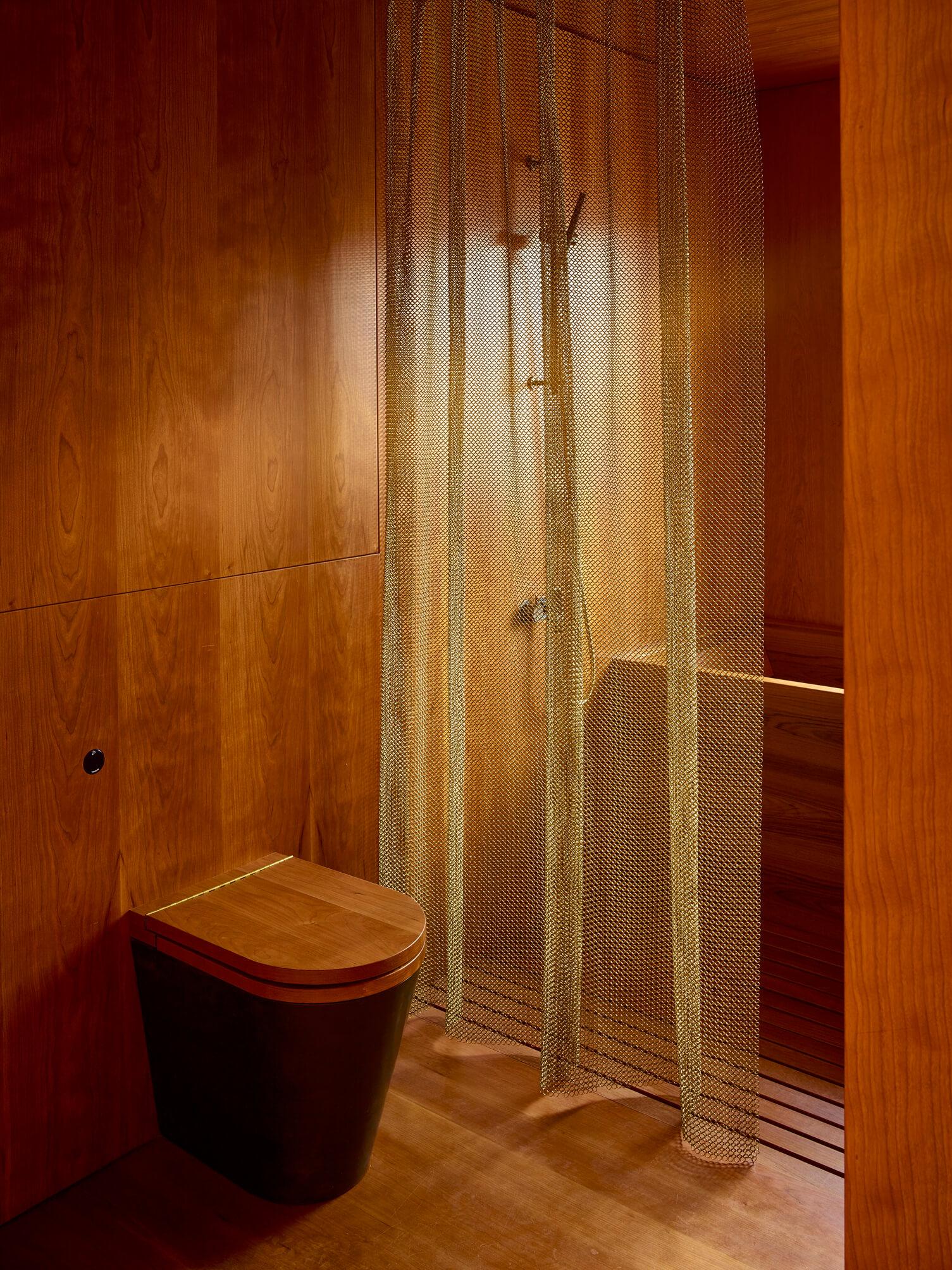 toaleta w drewnie