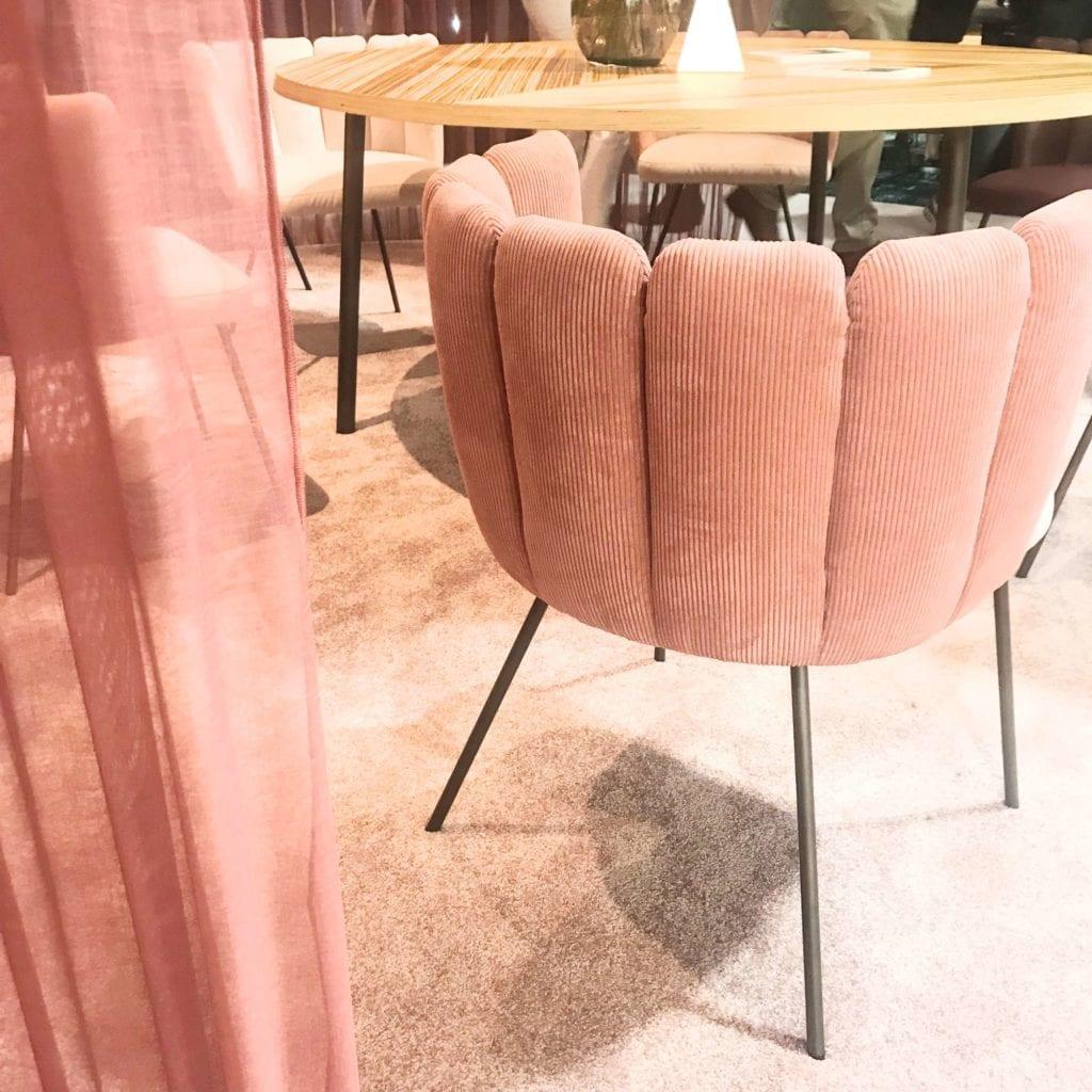 fotel pudrowy róż
