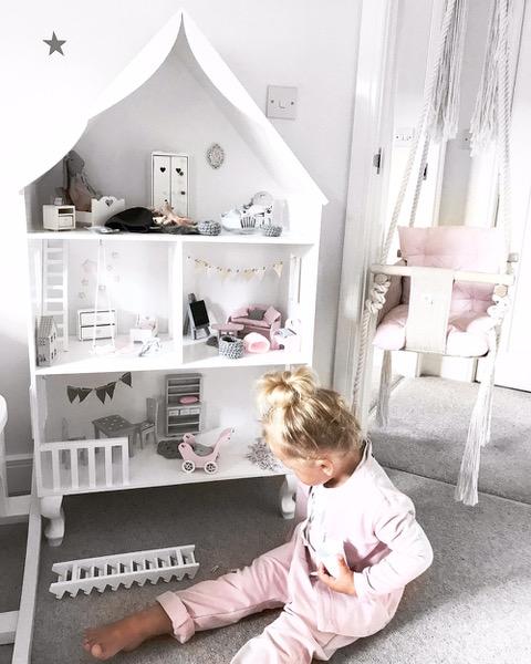 biały drewniany domek dla lalek