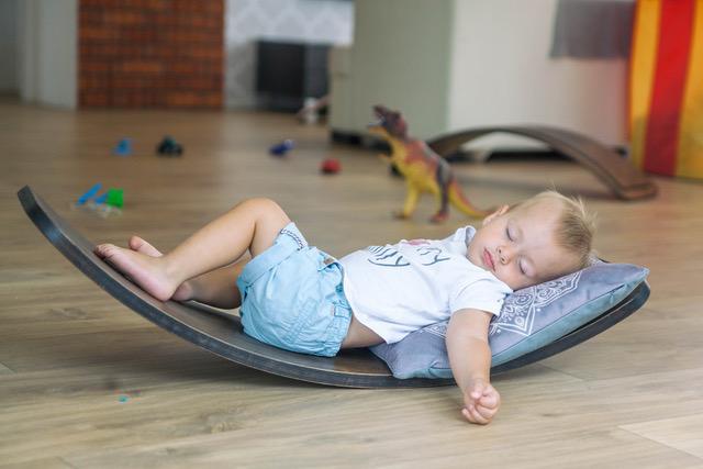 drewniany leżak dla dziecka