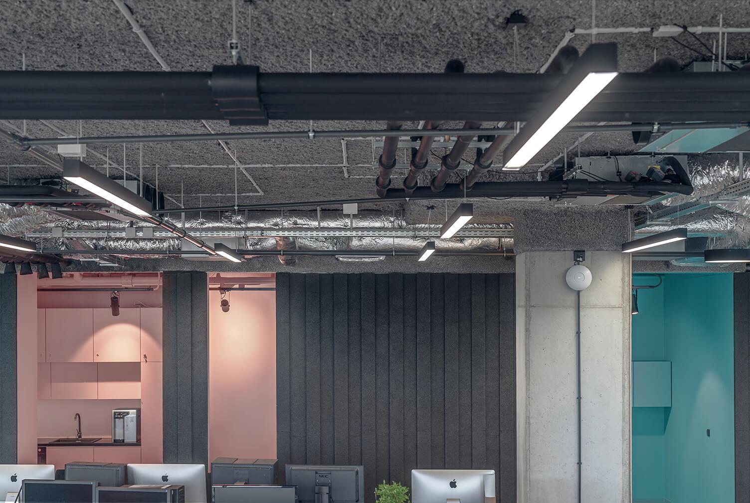 Scholz-Friends-agencja-ciemne-pomieszczenia