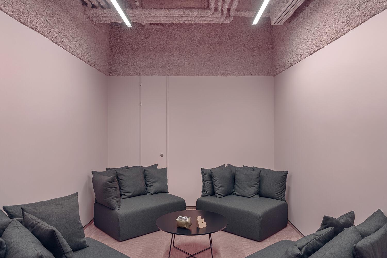 różowe-wnętrze-w-agencji-Scholz-Friends