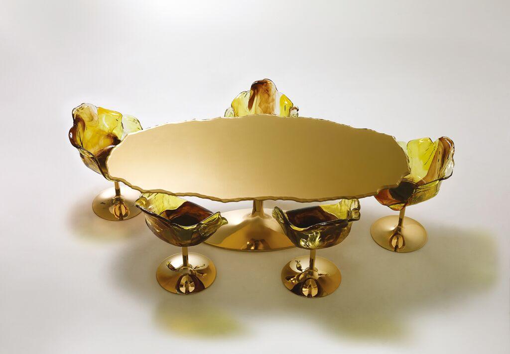 Światowy-design-złoty-stół-złote-krzesła.