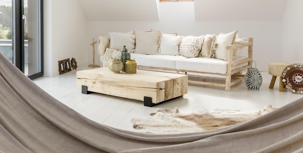 styl japandi jasna drewniana sofa