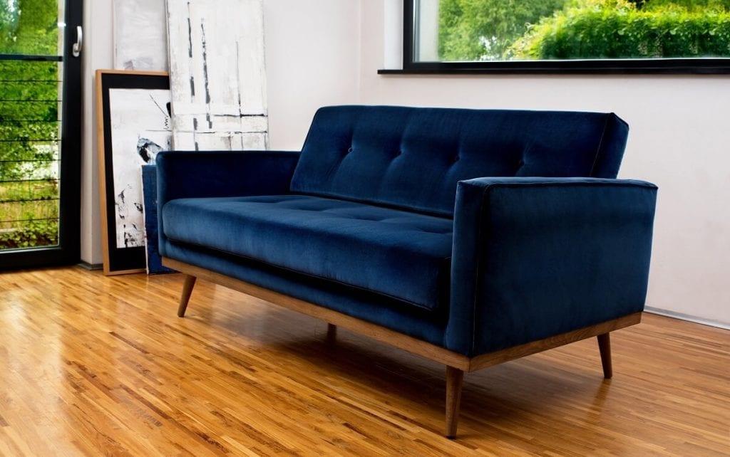 sofa w stylu skandynawskim w obiciu welurowym