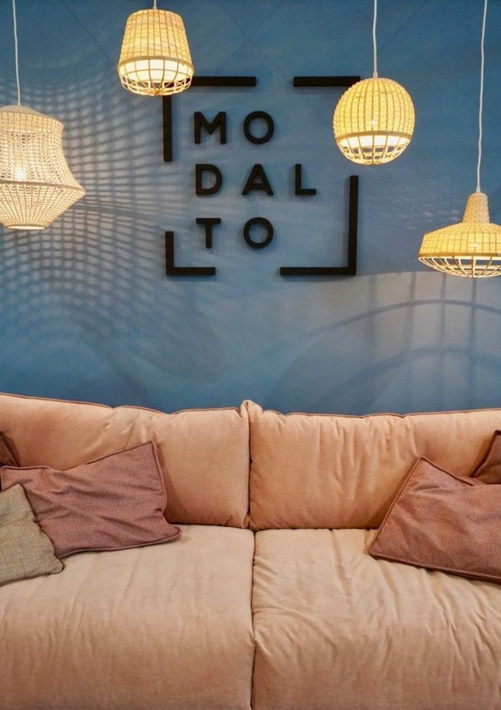 sofa w kolorze brzoskwiniowym