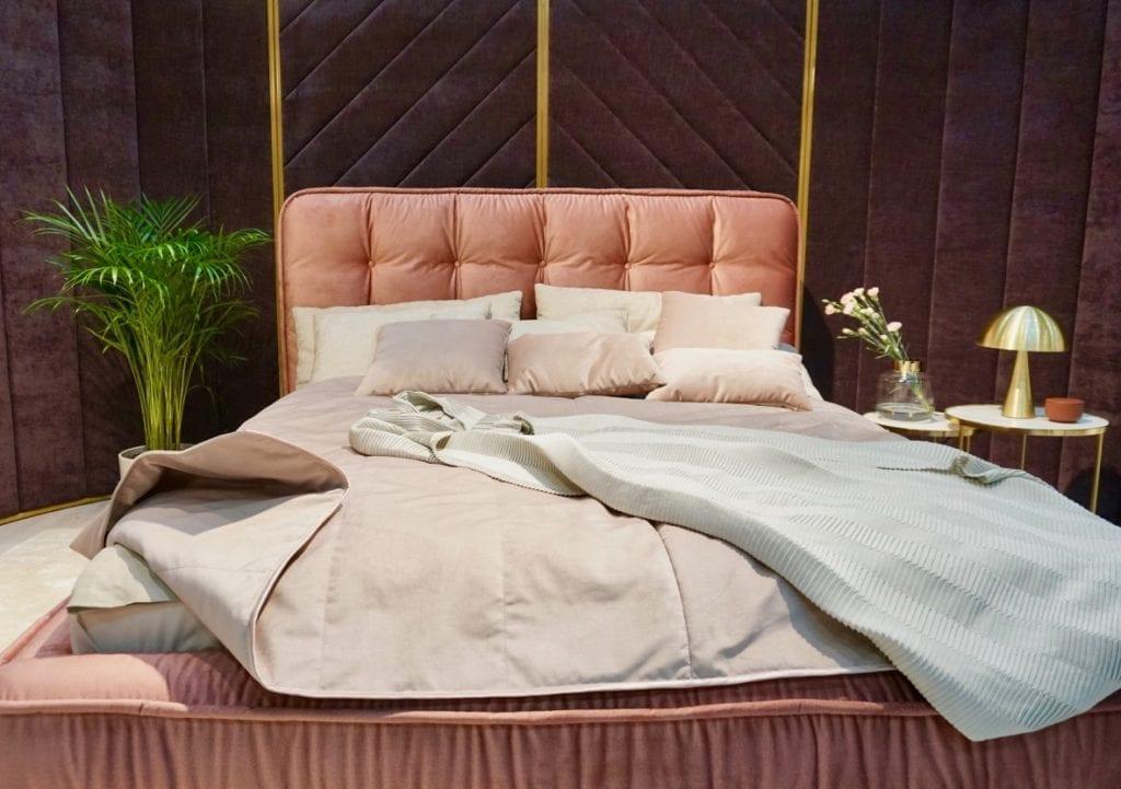 łózko tapicerowane brzoskwiniowe