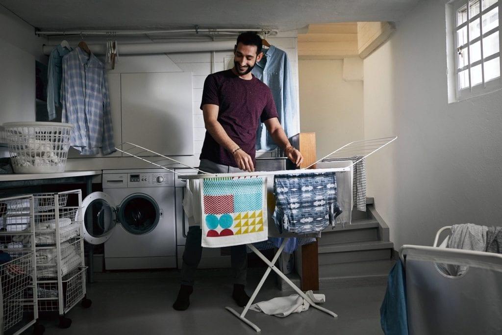 facet rozwiesza pranie