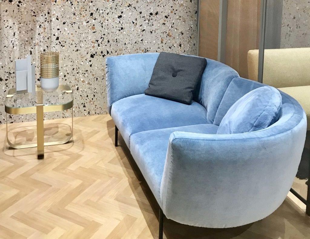 Saba sofa obita błękitnym welurem