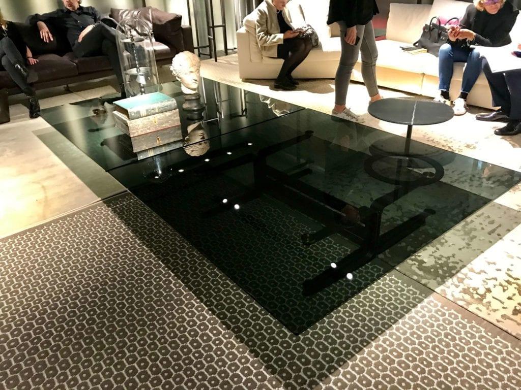 duży szklany stolik kawowy z przyciemnianego szkła