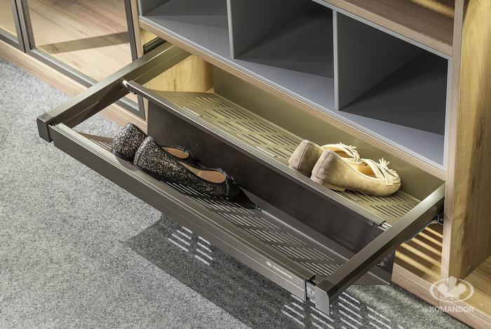 wysuwana półka na buty garderoba w sypialni