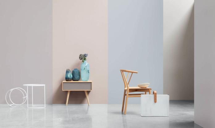 Inspiracje salonu gresowe płyty wielkoformatowe wazon krzesło szafka stolik