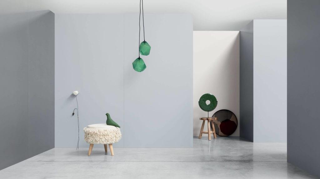 Inspiracje salon szare wielkoformatowe płyty dekoracje