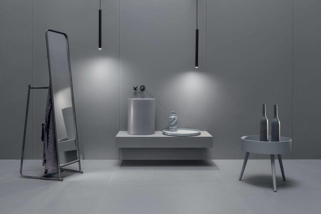 Inspiracje łazięki szare gresowe płyty wielkoformatowe lustro umywalka stolik