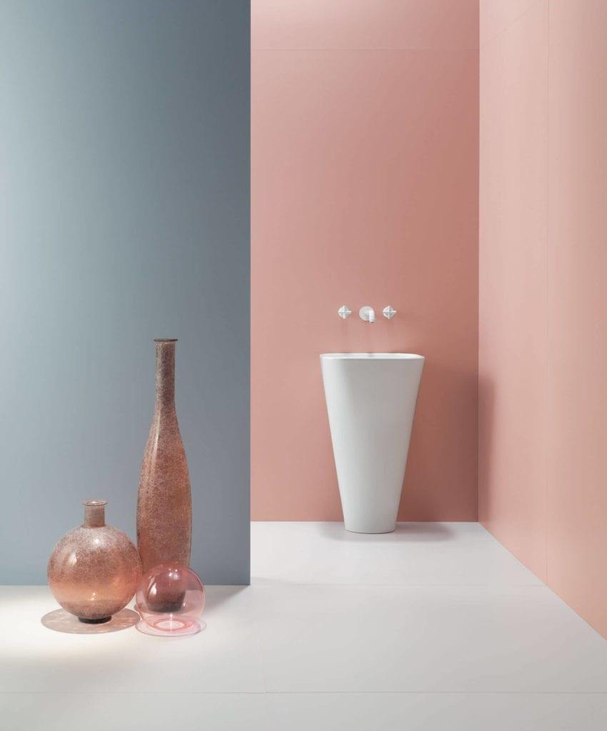 Inspiracje łazięka szare różowe gresowe płyty wielkoformatowe umywalka wazony