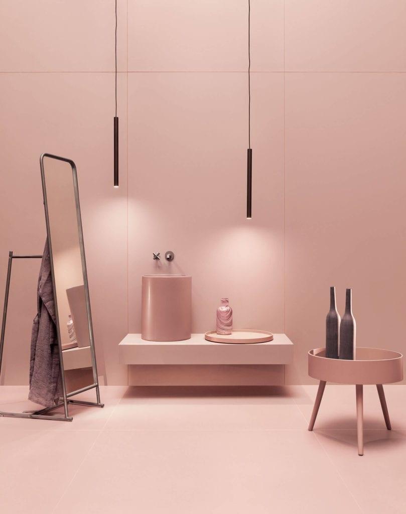 Inspiracje łazięka różowe gresowe płyty wielkoformatowe lusto umywalka stolik