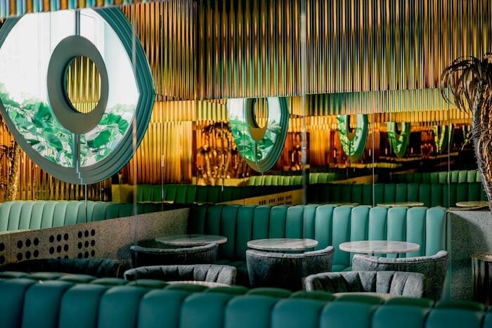 Wnętrze lodziarni w kolorach lata inspiracje latami 80