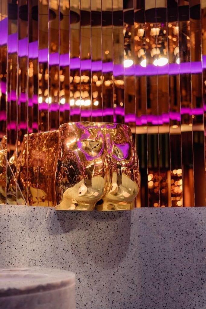 rzeźba złotych pośladków w lodziarni Lukullus w St. Tropez