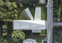 Robert Konieczny dom kwadrantowy z ruchomym tarasem biały