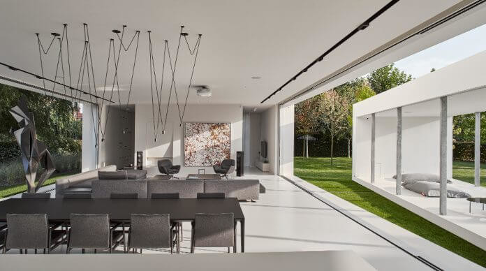 Robert Konieczny dom kwadrantowy z ruchomym tarasem biały wnętrze salon