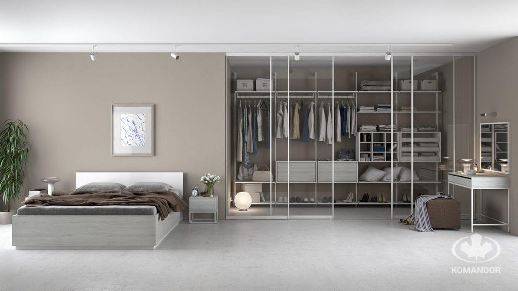 Komandor garderoba w sypialni ze szklanymi drzwiami
