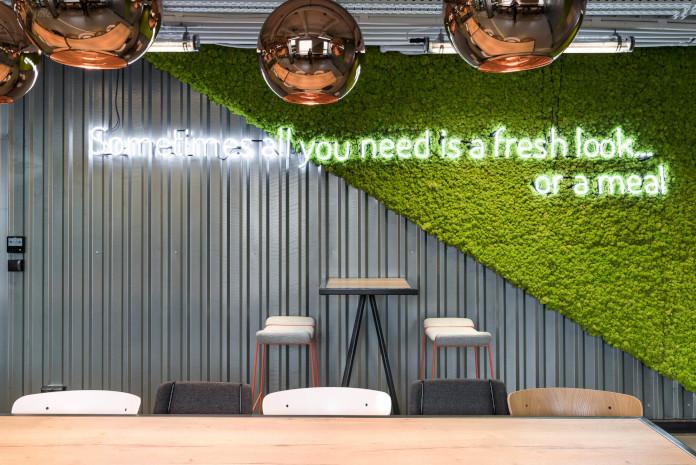 Coworking Brian Embassy mode:line najlepsze biuro mech na ścianie neony