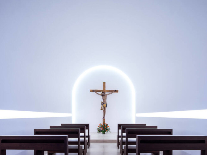 Modernisyuczny nowoczesny kościół biały