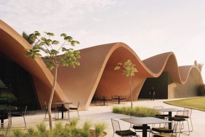 Klub golfowy w Jordanii architektura inspirowana naturą palmy pustynia góry