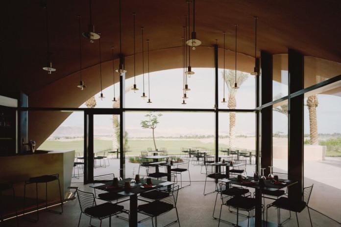 Klub golfowy restauracja w Jordanii architektura inspiracje naturą palmy pustynia góry