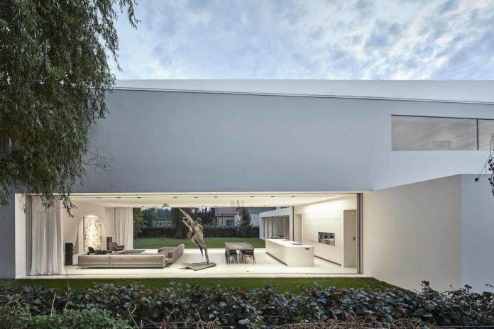 Robert Konieczny dom kwadrantowy z ruchomym tarasem biały salon