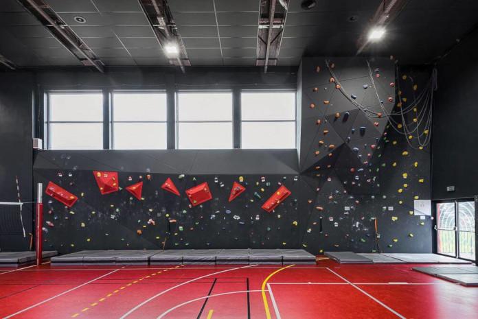 Wychowanie estetyczne szkoła podstawowa w Miliczu sala sportowa wnętrze czarne czerwone