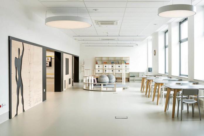 Wychowanie estetyczne szkoła podstawowa w Miliczu mediateka wnętrze szare białe