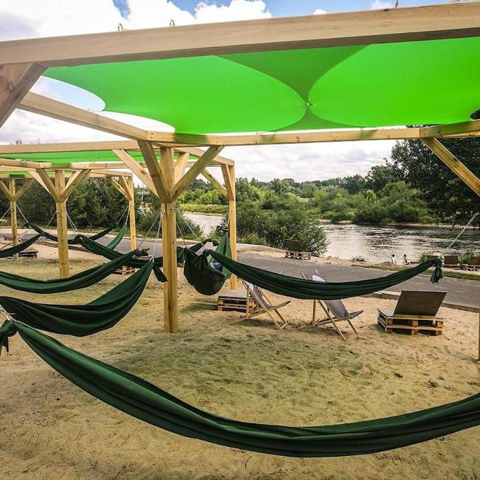 Przestrzeń publiczna Ogród Szeląg w Poznaniu pawilon czarny design plaża hamaki