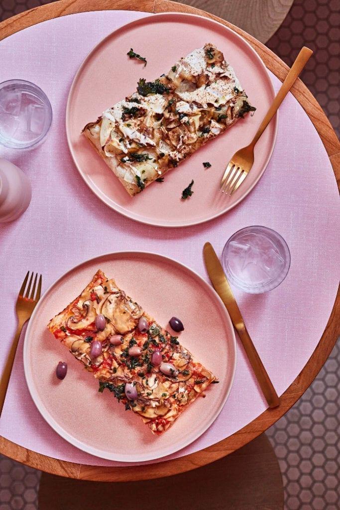 Pizza różowe talerze złote sztućce szklanki do restauracji inspiracje