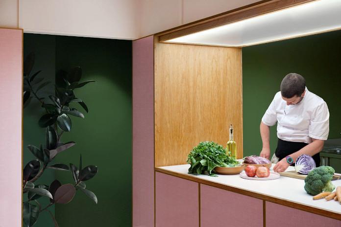 Pudrowy róż z czym łączyć butelkowa zieleń kuchnia pomysł na restauracje inspiracje